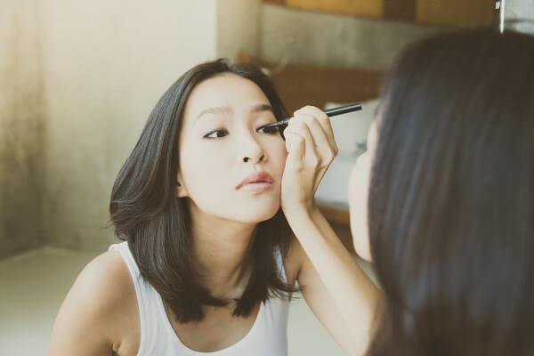 eyeliner adalah nama make up mata untuk mempertegas bentuk mata