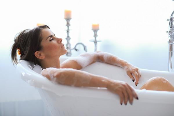 Menikmati sabun mandi